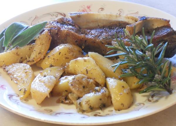 Agnello e patate al forno con ginepro e Gutturnio