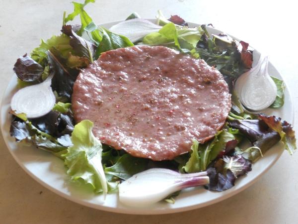 Bistecca di Tastasal con insalata e cipollotti