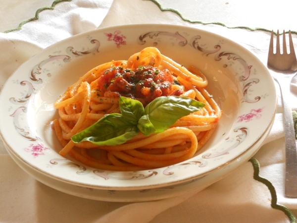 Bucatini con basilico e salsiccia piccante