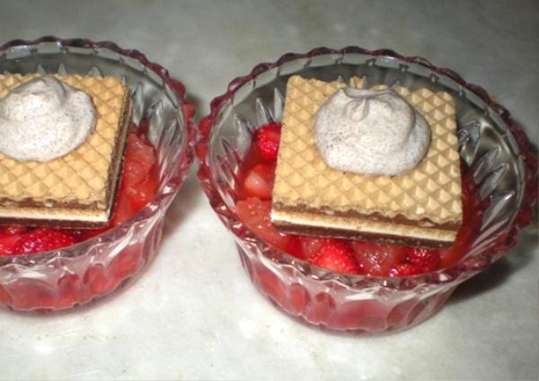Dessert di fragole e pompelmo rosa con panna