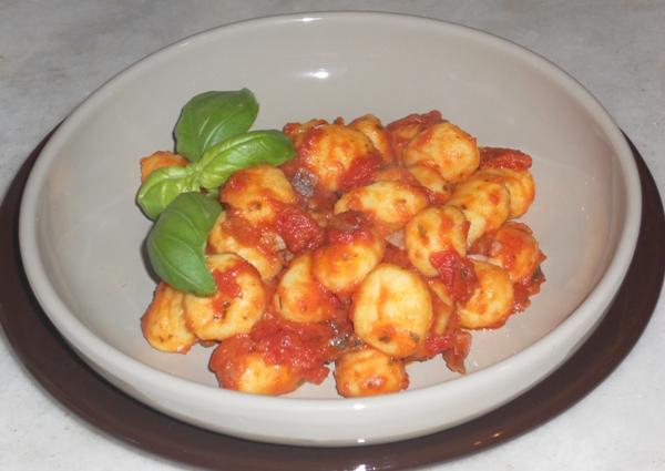 Gnocchi con salsa di pachino peperoni e basilico