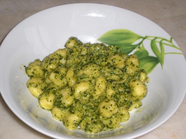 Gnocchi con pesto di zucchine e noci