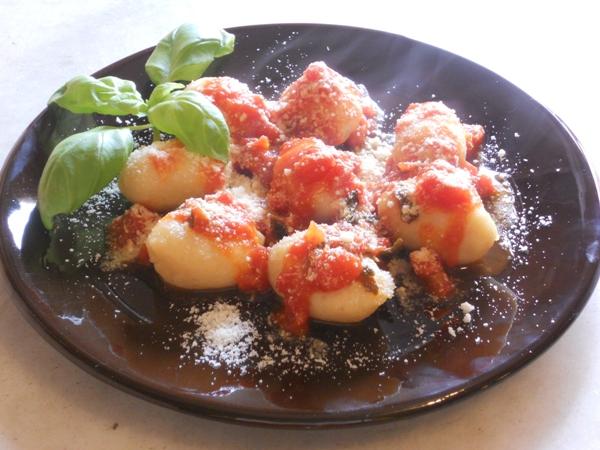 Gnocchi al sugo di pomodoro fresco aglio e basilico