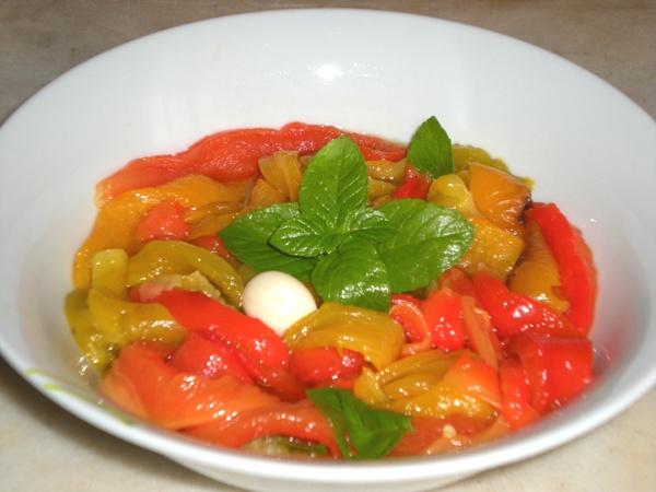 Insalata di peperoni grigliati con aglio e menta