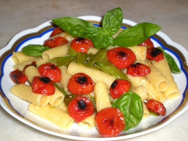 Tortiglioni con peperoncini verdi e pomodorini grigliati