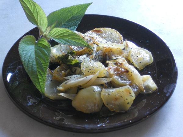 Patate e cipolle con salvia ananas e sale nero
