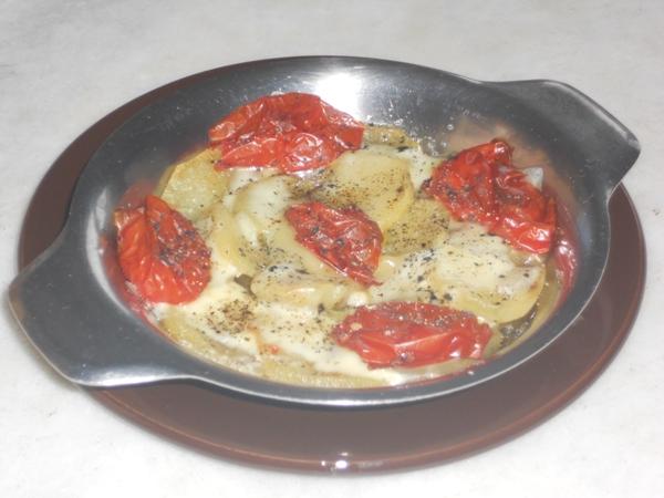 Patate e datterini al forno con scamorza e sale nero