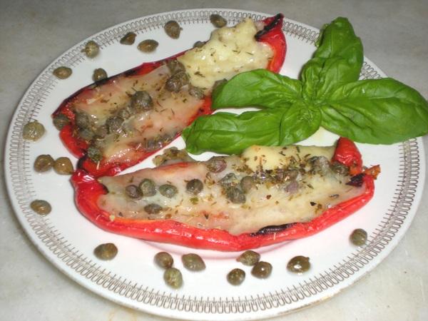 Peperoni rossi sfiziosi con capperi olive ed acciughe