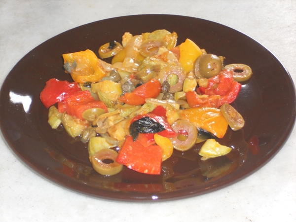 Peperoni e zucchine sfiziose con olive e capperi