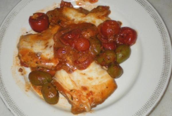 Fettine alla pizzaiola con olive verdi e mozzarella