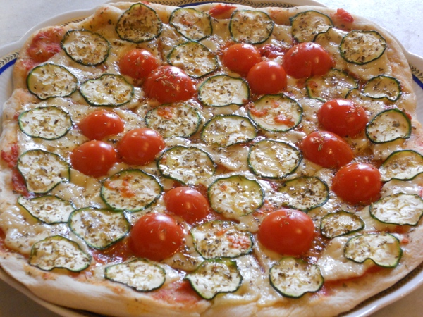 Pizza vegetariana con Emmenthal zucchine e ciliegini