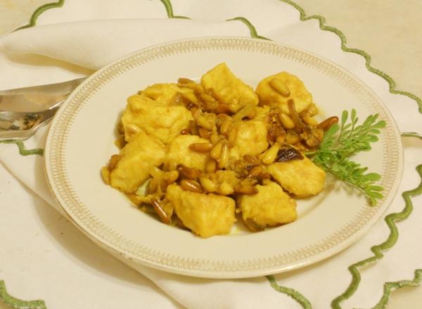Bocconcini di pollo alla curcuma con pinoli