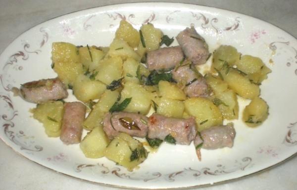 Salsiccia di vitello con patate alle erbe aromatiche