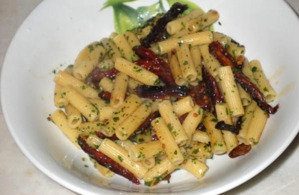 Sedanini rigati con pomodori secchi e basilico