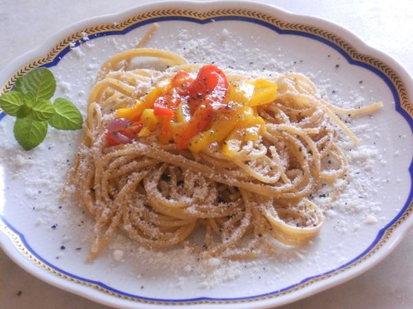 Spaghetti integrali con peperoni e sale nero