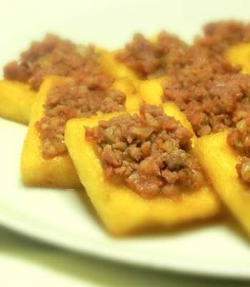 Stuzzichini di polenta con salsiccia