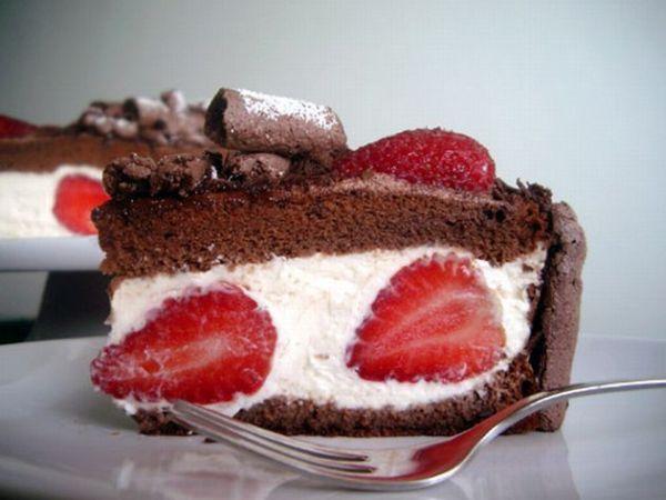 Torta cioccolato, panna, cocco e fragole