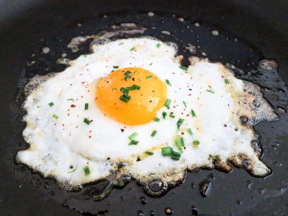 Uova al piatto con semi di papavero e sale nero