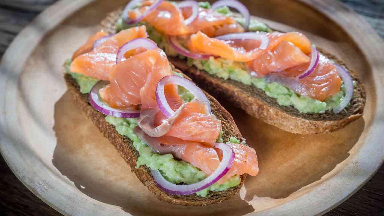 ricetta bruschetta avocado e salmone